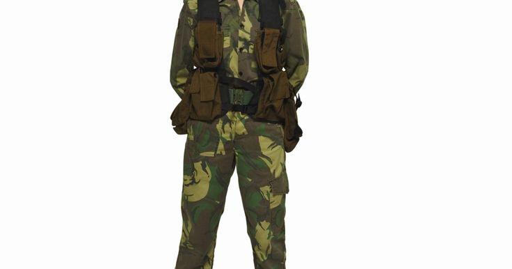 Cómo dirigirse al personal militar . La estructura y los rangos militares pueden ser un poco confusos. La milicia se compone de nombres y números que indican quién está a cargo de quien. Pueden existir pequeñas variaciones en las ramas militares, pero el personal militar debe usar ciertas formas para dirigirse cuando hablan unos con otros. Incluso si no eres militar, puedes mostrar ...