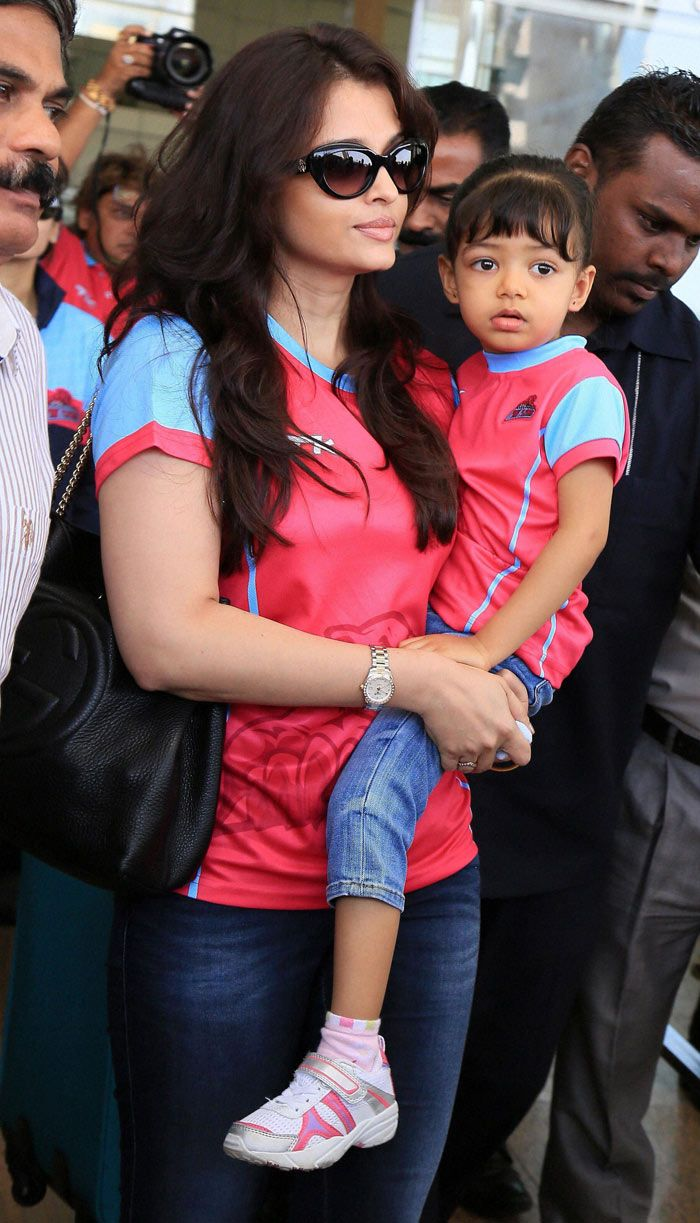 Aishwarya Rai Bachchan arrives with her daughter Aaradhya in her lap to cheer the Jaipur Pink Panthers. #Bollywood #Fashion #Style #Beauty