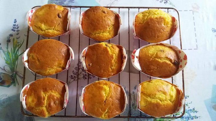 Plum cake mele e uvetta Ingredienti: 300 gr di farina 00 150 gr di zucchero 125 gr di burro 3 uova 70 gr di uvetta latte qb 1 pizzico di sale 1 bustina di