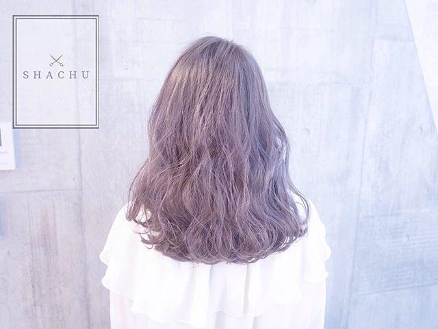 Instagram media shachu_hair - まなみcolor . グラデーション×ミルキーパールグレージュ . パープル強めで、とっても柔らかく見えるパールグレージュカラー . . hair by @manax_x . . カラーでのご予約、随時お受けしております . #SHACHU #hair #color #ヘアカラー #グラデーション #ハイトーン #外国人風 #ウェーブ #波打ち #ミルキーパールグレージュ