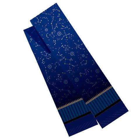 星の綺麗な冬の夜空、星空を首元に巻いて遊びにでかけてはいかがでしょうか? 青から濃紺へのグラデーションの地に星座の浮かぶデザインのマフラーです。 ●サイズ:幅