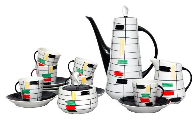 """Jedyny w swoim rodzaju, niepowtarzalny serwis do kawy Prometeusz. Jest po prostu wyjątkowy. Projekt Danuty Duszniak (1959, Zakłady Porcelany Chodzież).  Serwis jest kompletny (dzbanek, mlecznik, cukiernica, 6 filiżanek i 6 spodków) co zdarza się niezwykle rzadko. Stan idealny.  """"Forma tego serwisu weszła do kanonu lat 60., który z pewnymi zmianami powtarzali niemal wszyscy projektanci tamtej dekady. …""""  Serwis dekorowany jest w technologii natrysku barwnego."""