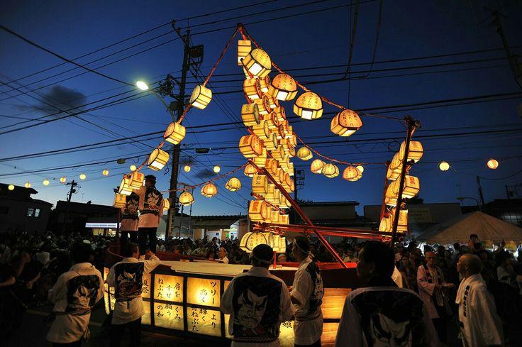 """Matsuri è il termine giapponese per indicare una festa tradizionale, un evento che attira nelle strade e nei parchi centinaia di persone. HōnenMatsuri(豊年祭 """"Festival del raccolto"""") è la festa della fertilità. KanamaraMatsuri(かなまら祭り """"festa del pene di ferro"""") è una festa scintoista annuale della fertilità, che si svolge a Kawasaki.l'ultimo sabato di luglio, da mezzogiorno alle 20:00 si tiene l'Eisa Matsurinei pressi delle uscite est e ovest della stazione diShinjuku, Tokyo."""