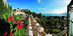 Taormina tepelerine konumlanmış, Sicilya'nın volkanik plajı manzaralı Grand Hotel Timeo, antik mimari eserler ve Akdeniz'in maviliği ile çevrelenmiş... #Maximiles #otel #hotel #yolculuk #seyahat #travel #otelodaları #tatil #gezi #gidilecekyerler