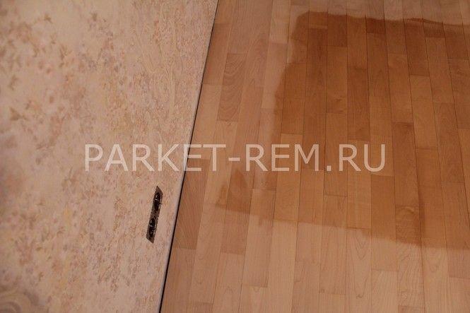 Как правило, под покраску попадают только деревянные полы. Покрашенные или лакированные полы имеют срок эксплуатации намного дольше, чем полы, которые