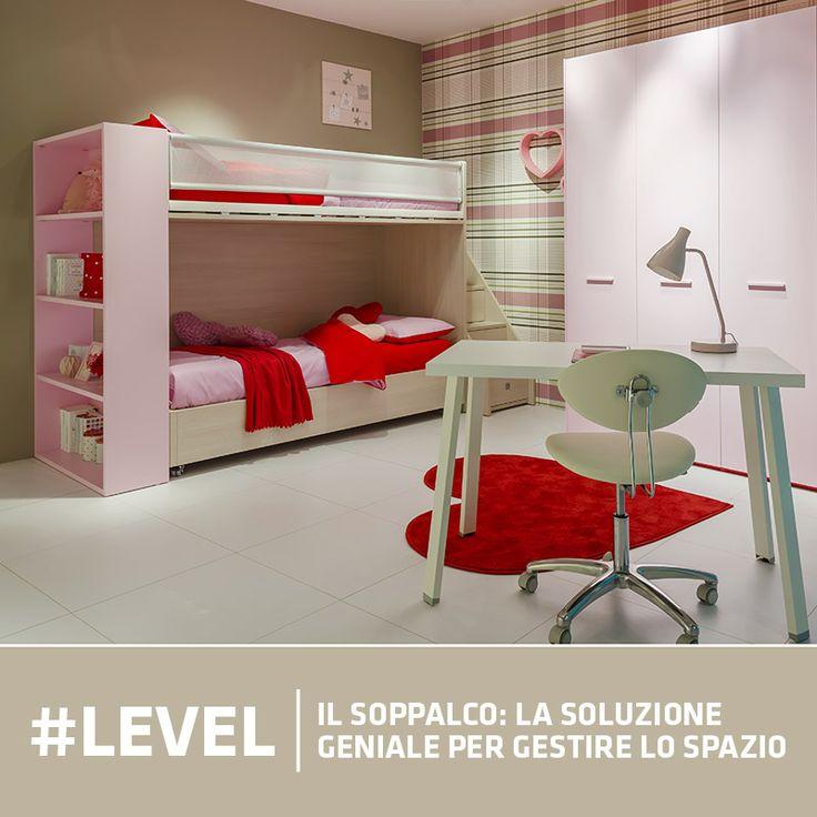 #cameretta completa con #armadio a tre ante, #soppalco Level con due letti e #scrivania a centro stanza
