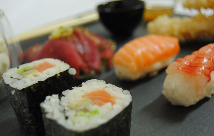 Sushi. Sashimi di tonno con zenzero e croccante di capperi Nigiri di salmone Nigiri di spigola Hosomaki Gamberone in Tempura Salsa di soia Salsa agrodolce Wasabi Gelato allo zenzero Sakè