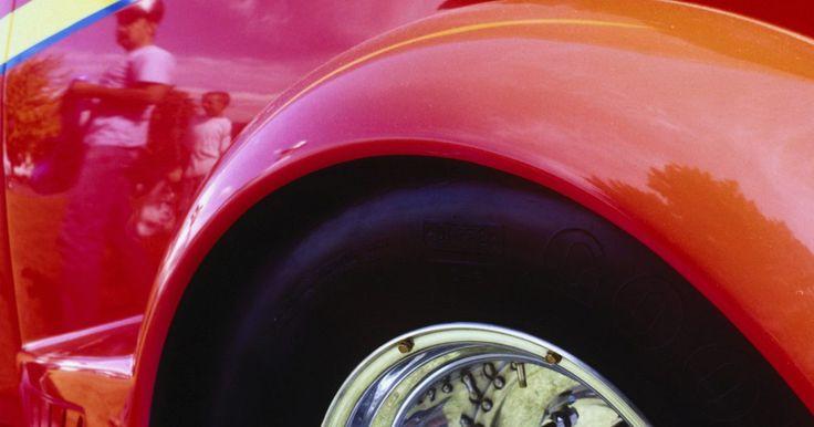Como usar uma broca para lustrar seu carro. Composto de substâncias ligeiramente abrasivas, o polimento de carro é necessário para suavizar as áreas ásperas e criar uma camada de tinta brilhante no veículo. Existem vários métodos para aplicar o polimento no exterior de um carro. É possível, simplesmente, usar um pano e aplicá-lo à mão. Máquinas de polimento profissionais exigem certa ...