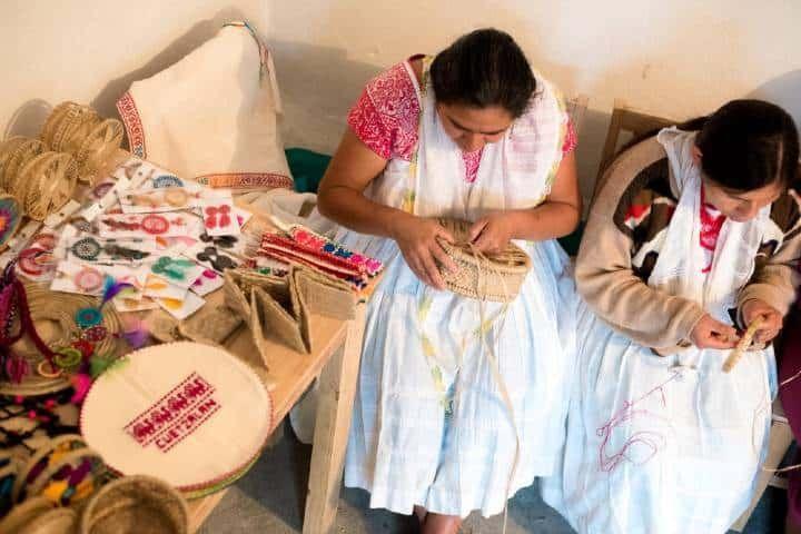 mujeres realizando tejidos