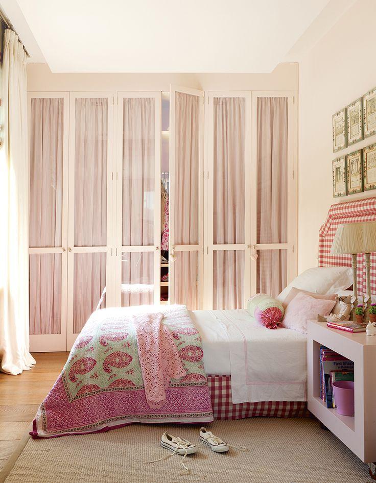 Dormitorio infantil en rosa con ropa de cama paisley, cabecero vichy en rojo y blanco, armario con cortinas rosas 00428826