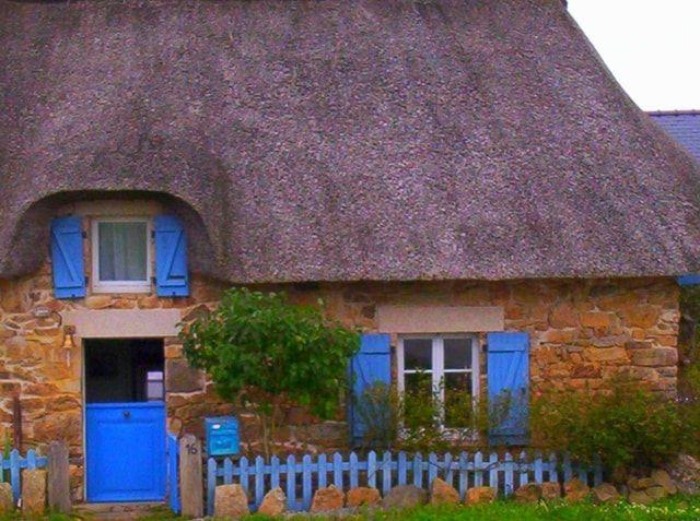 Maisonnette au toit de chaume, pays nantais. Brittany