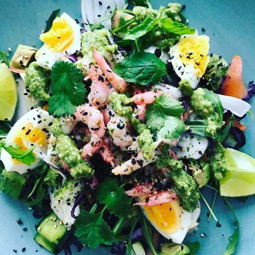 Lunch! Magisk asiatisk pesto till räksallad. Från @eleonorave Flexitarianens kokbok. Mandolinad rödkål morot zucchini fänkål och pesto på koriander mynta jordnötter parmesan chili vitlök och olivolja. Funkar fint med shirataki nudlar också. Kanske byta ut fredagstacon? #lågkolhydrat #mattilltarmbakterier #keto #paleo #kostrådgivare #funktionsmedicin #funktionsmedicinskterapeut #paleoinstitute #kostmanagement - Inspirational and Motivational Ketogenic Diet Pins - Eat Keto Get Into Nutritional…