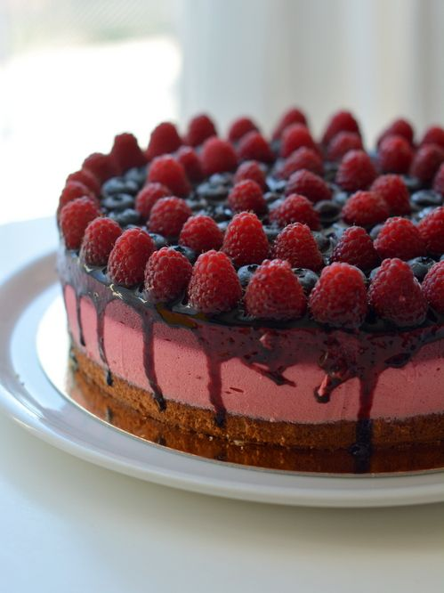 Joghurthabos málnás és áfonyás torta. Dávid szülinapját ünnepeltük tágabb családi körben. Dávid szereti a könnyű gyümölcsös-joghurtos tortákat. Egyszerű torta, viszont a der...