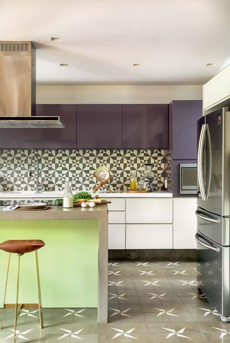 Cozinha cheia de cor com ladrilhos hidráulicos e armários berinjela - Casa