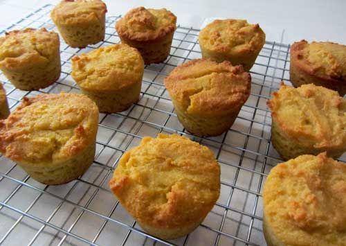 Cupcakes van kokosmeel,  joepie! Ik heb de honing vervangen door palmsuiker en wat kokosmelk toegevoegd. Superlekker!
