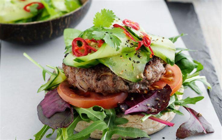 Spicy burger med agurkesalat