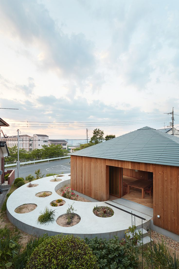 269 best decor salas criativas images on pinterest office fujiwaramuro architects designs a house in hiroshima with a circular planted pathway