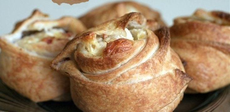 Фото к рецепту: Пирожки слоёные с курицей и сыром