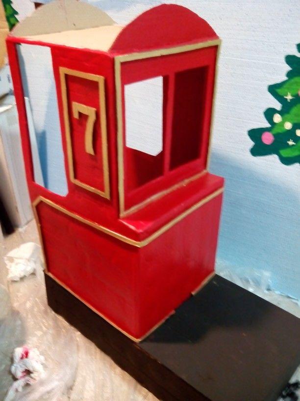 Pintamos la base de negro y la cabina con un bonito rojo, los ribetes en dorado