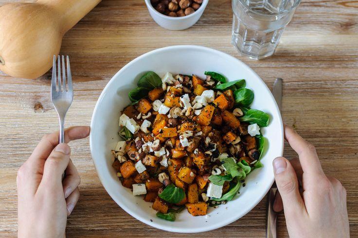 une salade complète avec de la courge butternut, des lentilles vertes et des noisettes torréfiées. Elle est parfaite pour un peu de légèreté après les agapes des