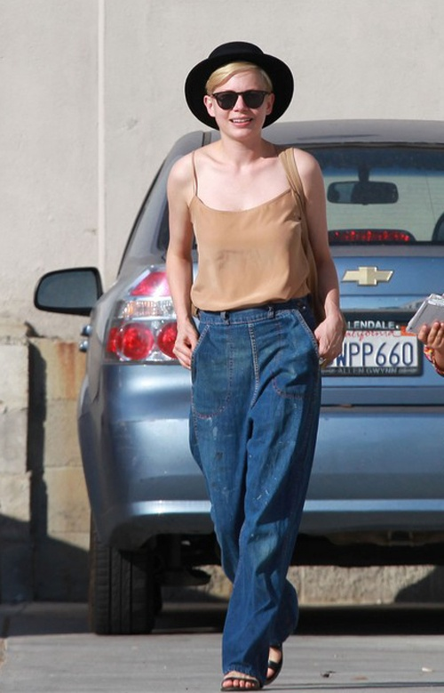Michelle Williams making me want to wear beat up jeans...: Girly Tomboys, Modem Ladies, Petite Gamine, Feet, Wardrobes Dreams, Michelle Williams, Shoko Rooms, Idoles Aux, Wear Beats