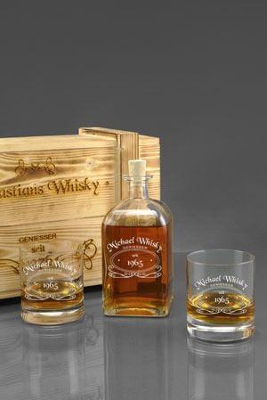 Das WhiskySet für wahre Genießer.  Auf einen Schlag gleich mehrere Geschenke, denn es gibt personalisierte Whiskygläser, die passende Flasche dazu und auch noch eine wunderschöne gravierte und geflammte Holzkiste.  Ideen zur Gestaltung des Designs gibt es für sie natürlich auf http://www.gravurxxl.de/geschenksets-hochzeit/whisky-set-in-holzkiste-geflammt/whisky-set-gravur/whiskyset-graviert.php zu finden
