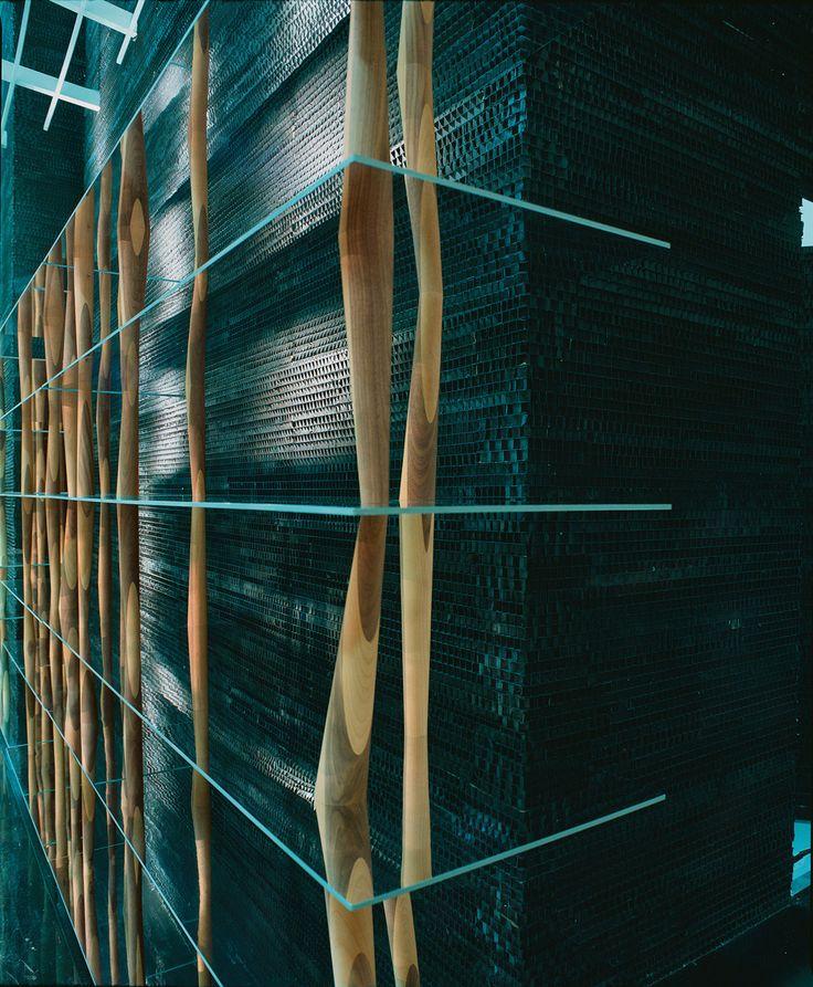Design: Toyo Ito, 2004 Movimento e flessibilità esprimono il potere emozionale di Toyo Ito, che in questa libreria-scultura racchiude l'essenza progettuale della mediateca di Sendai in Giappone, da lui stesso progettata. Questo salto di scala è costituito da sei ripiani leggeri congiunti attraverso torniti in legno massello tutti diversi l'uno dall'altro, per inclinazione e per …