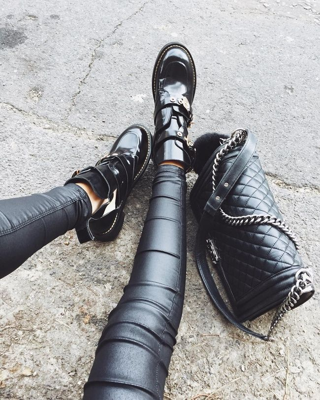 Oui aux mix and match de cuirs ! (boots Balenciaga, sac Chanel - instagram Theglowedit)