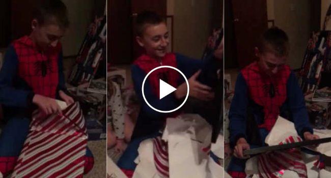 Menino De 11 Anos Recebe o Presente De Natal Perfeito e Emociona-se Ao Ver o Certificado De Adoção