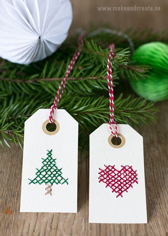Broderade juletiketterAtt brodera på papper är kul och en del av er kanske minns minbroderade pappväskaochtändsticksaskarnasom jag dekorerade med korsstygn....