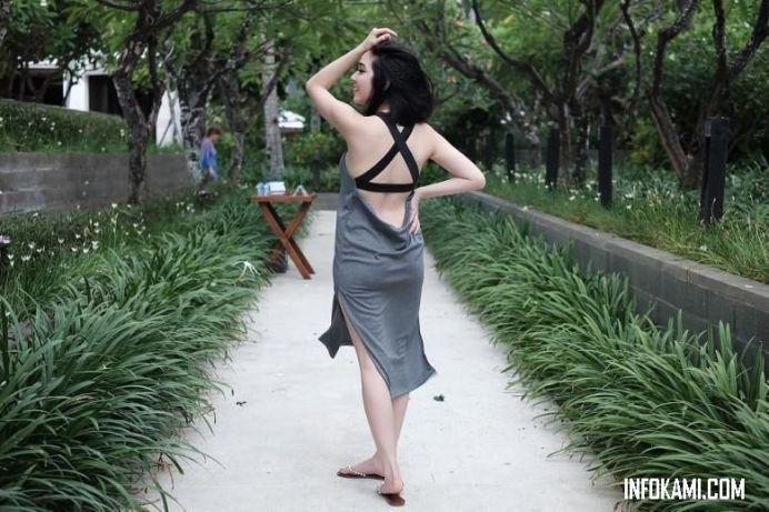 Foto Gisella Anastasia memakai bikini seksi terbuka lebar di bagian punggung dan menutupinya dengan sundress tampak mulus bagian tibuh artis cantik ini.