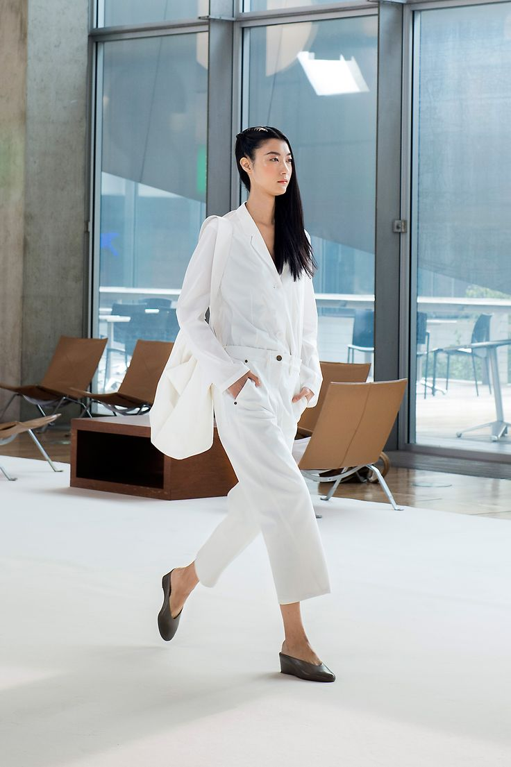 6. Jacket-shirt in cotton poplin, twisted pants in cotton denim, soft shoulder bag in crispy cotton poplin and slippers in leather