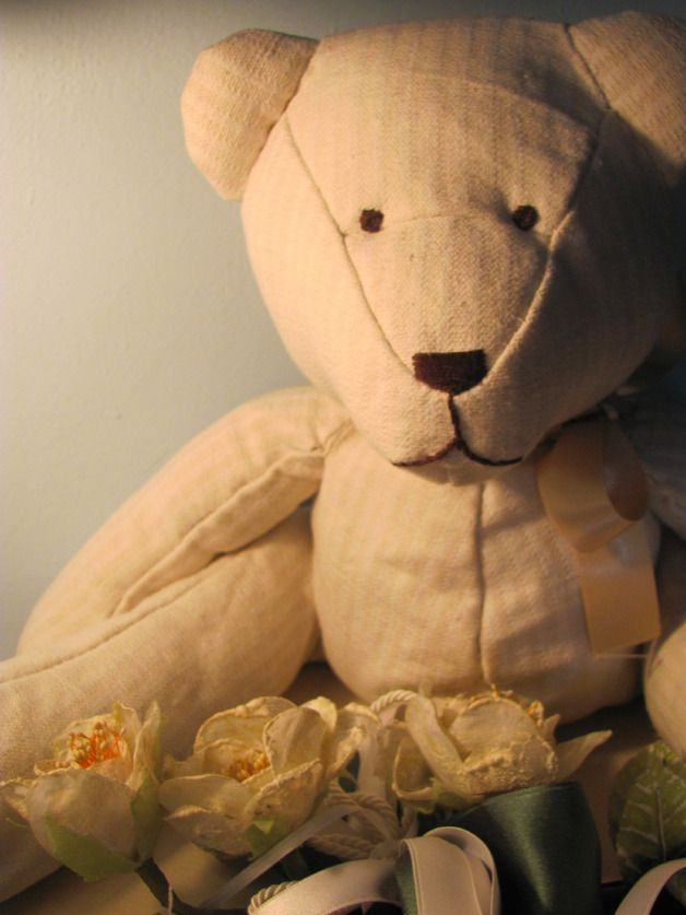 Un morbido orsetto di nome Bruno. Questo adorabile orsetto è una perfetta idea regalo per un bambino, o una decorazione originale per una casa accogliente. Può sedersi sul letto o sul divano e subito rendere la tua casa più viva e accogliente.  Bruno è interamente fatto a mano con stoffa di cotone e riempito di morbida lanolina. Ha un fiocchetto decorativo di raso al collo e occhi, naso e bocca sono ricamati.