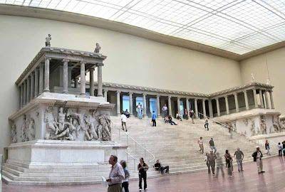 Los altares son construcciones que adquirieron relevancia durante el periodo helenístico. Este es el Altar de Zeus en Pérgamo, de especial relevancia por sus columnas y sus altorrelieves y esculturas muy expresivas y detalladas.