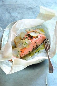 Papillotes de saumon aux topinambours 400 g de topinambours 4 pavés de saumon 1 cuill. à soupe de ciboulette hachée surgelée 4 cuill. à café d'huile d'olive Sel et poivre du moulin