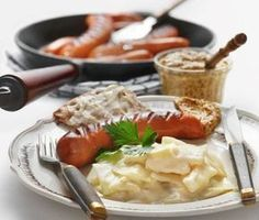 Denna underbart krämiga vitkål tillagar du snabbt genom att koka kålen i mjölk. En extra god stuvad vitkål får du om du använder dig av späd sommarkål. Avnjut den varma, stuvade kålen med tomatsallad och potatis.