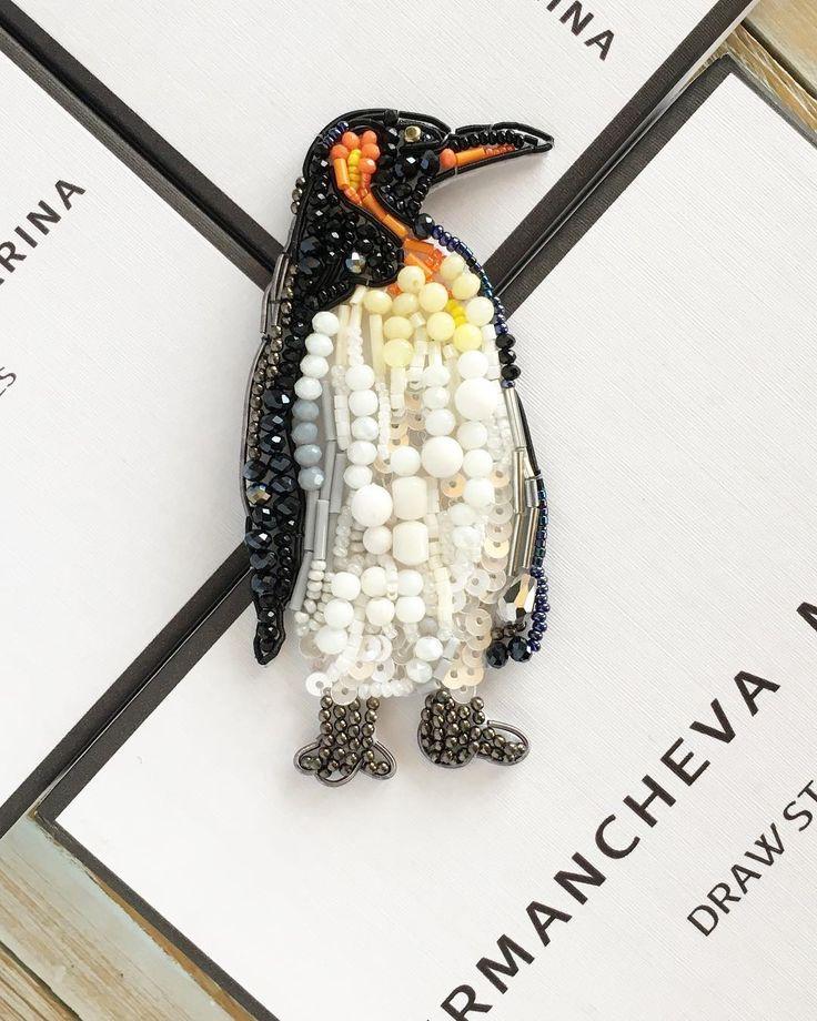 Кто это там на ледяных глыбах стоит?)) мой новый персонаж, а идеи вы мне даёте, мои любимые клиенты ☺️❤️скоро ещё один красавец будет готов) а этот замечательный пингвин в наличии!!!#москва #украшенияручнойработы #казань #пингвин #брошьпингвинчик