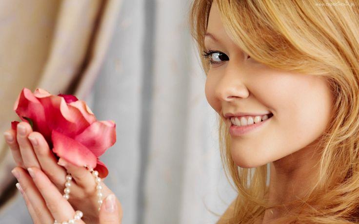 Blondynka, Uśmiech, Róża