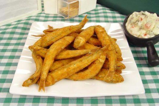 manjubinha frita com molho tártaro, peixe frito