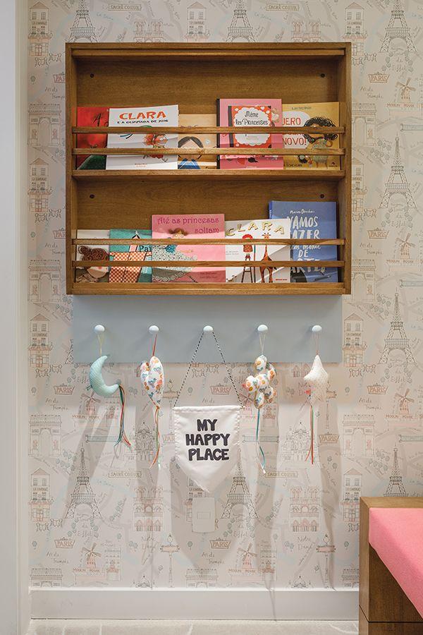 Decorado pela arquiteta Julyana Bortolotto, este quartinho de menina inspirado em Paris traz escrivaninha e muitos nichos organizadores nas paredes