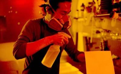 Il fotografo giapponese ha messo a contatto la pellicola con campioni di terreno radioattivo. Un ricordo-rielaborazione del disastro nucleare. Le immagini delle opere