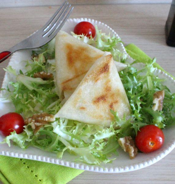Une petite salade à base de bricks croustillantes et garnies au chèvre frais, pour un petit plaisir ans culpabilité. Cette salade est tellement légère que vous pourrez même vous permettre aprés celle-ci un dessert gourmand! Pour une salade (une portion)...