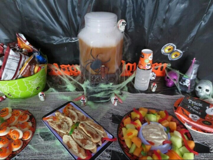 garnish trays with gummy worms for a fun gross edible decoration - Edible Halloween Decorations