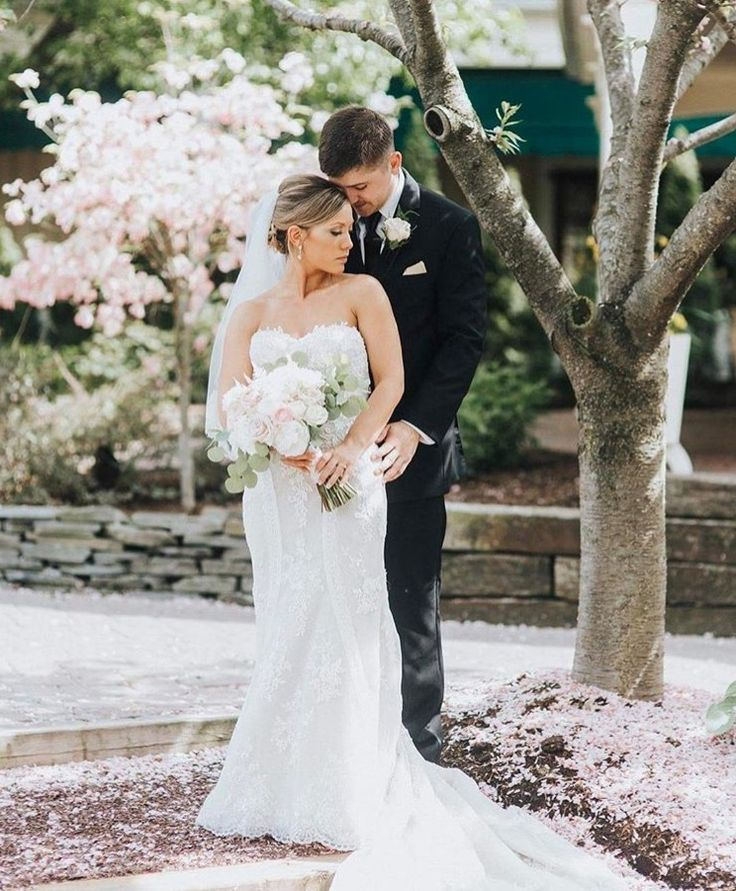 Absolutely loving how gorgeous these wedding photos are taken by @jennabriannephoto. Congratulations Erica and Joe we hope you are enjoying married life!