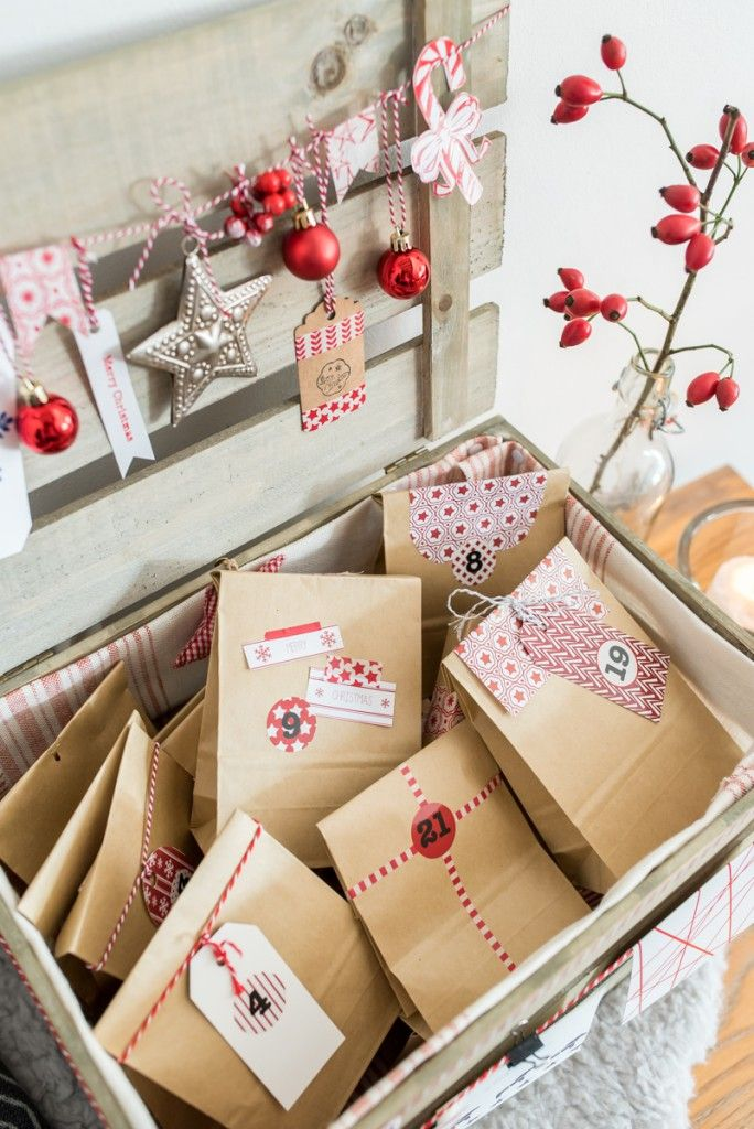 Selbst gemachter do it yourself Adventskalender in einer Holzkiste mit Papiertüten und Deko von Tschibo in Rot und Naturfarben