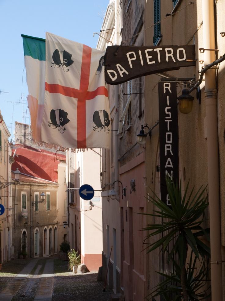 Hlava maurského piráta na vlajce Sardinie