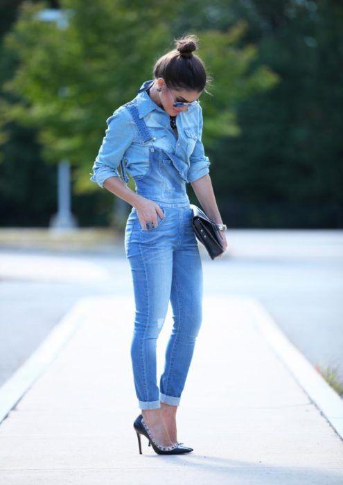 Look con camisa de mezclilla denim shirt jumper denim overol de mezclilla stilettos