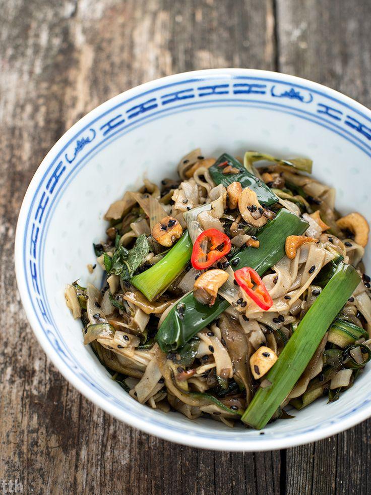 true taste hunters - kuchnia wegańska: Makaron ryżowy smażony z cukinia i sezamem (wegańs...