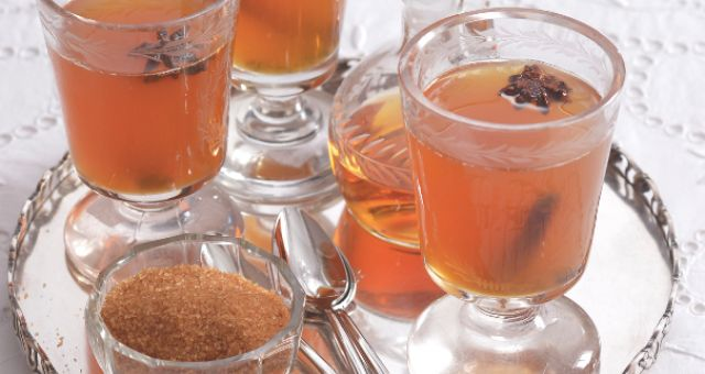 Tuto zimní alkoholickou bombu, kterou prý původně přivezli Angličané ze své indické kolonie, najdete v každé staré kuchařce trošku jinak. Proto se nebojte experimentů, odpíchnout se můžete od jedné z tradičních receptur.