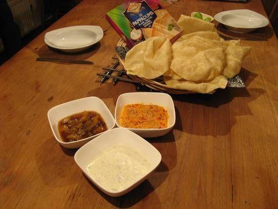 Wij beginnen een Indiase maaltijd graag met pappadums en dan lekker dippen in verschillende smaakjes. Dit kan ook gegeten worden als bijgerecht.